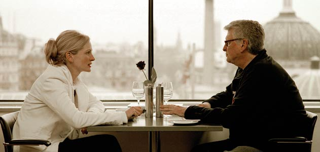HOT SEAT: Nichols and Julia Roberts work on an emotionally intense breakup scene from Closer (2004).- photo by Clive Coote/Sony Pictures.