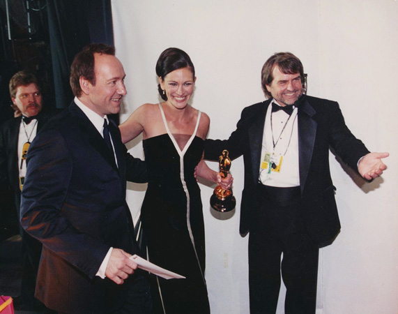 Dency Nelson with Julia Roberts and Kevin Spacey at the 73rd Academy Awards